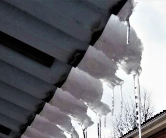 Helsingis on kukkunud katuselt alla vähemalt kaks lumelükkajat ja sattunud operatsioonile