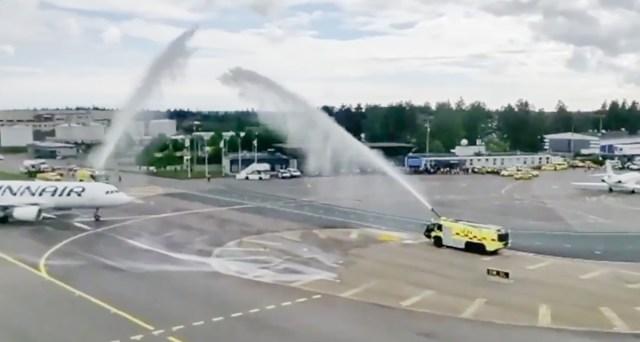VIDEO: Vaata, kuidas Soome kuldsele hokimeeskonnale lennuväljal dušši tehti!