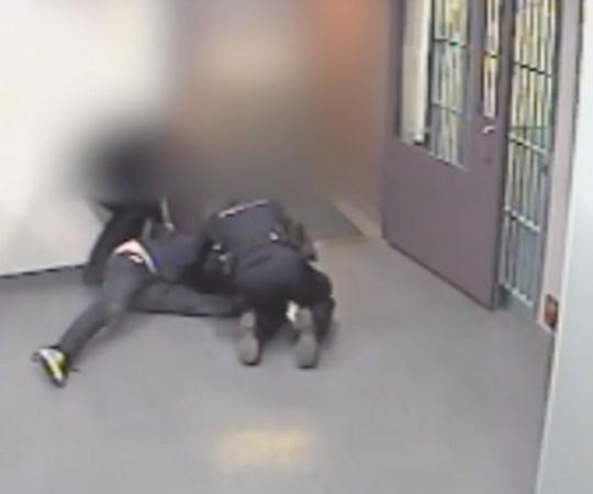 Karm video, kuidas Soome politsei arestimajja toodud mehel põlve ära murrab