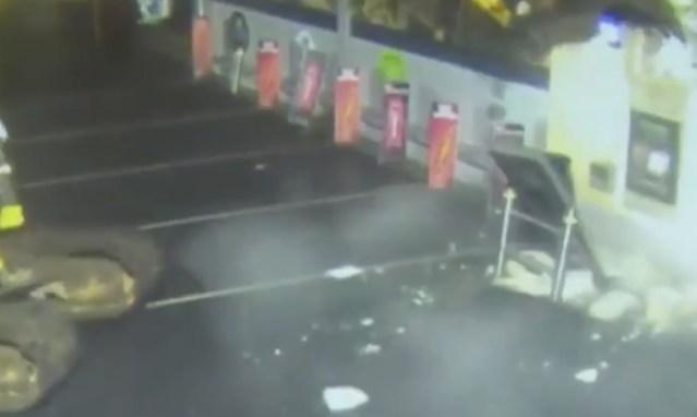 VIDEO: Vaata, kuidas vargad kraapisid ekskavaatoriga raha-automaadi seina seest välja