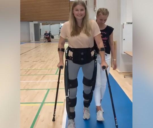 Autoõnnetuse tagajärjel halvatud 18-aastane neiu kõnnib taas – Soome esimene personaalne kõnnirobot aitas ta jalule (lisatud video)