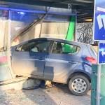 Tõsine ohuolukord Helsingis: auto sõitis kõnniteele ja pangakontori aknast sisse