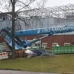 Espoos oli suur õnnetus ehitusel – autokraana kukkus hoonele peale, tehase sotsiaalruumid said kannatada