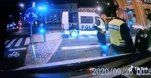 VIDEO: Helsingis politsei eest põgenenud takso üritas politseinikule otsa sõita
