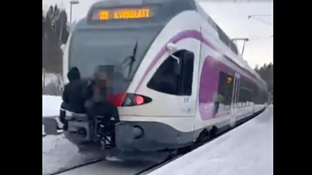 Kõhe lugu: kaks last rippusid Soomes liikuva rongi küljes
