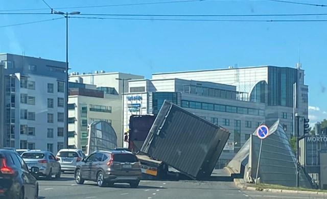 VIDEO: Ohtlik olukord Helsingis – rekka pealt kukkus konteiner maha sõiduteele