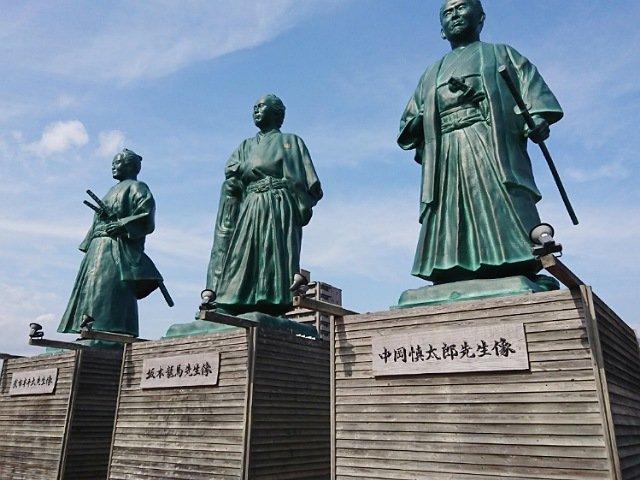 高知駅前の坂本龍馬・中岡新太郎・武市半平太の銅像