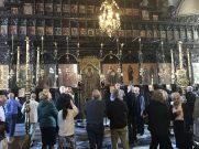 Το εσωτερικό του Ναού των Εισοδίων της Θεοτόκου με το υπέροχο ξυλόγλυπτο τέμπλο