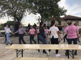 Ομάδα νέων χορεύει αραδοσιακούς χορούς στη Μικρόπολη Δράμας