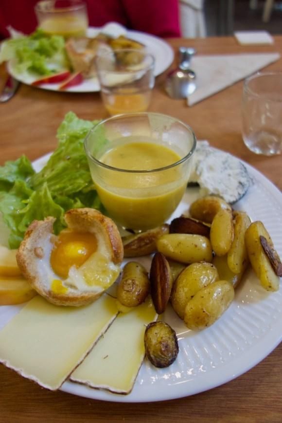 œuf poché, pommes de terre rissolées, fromages et soupe de saison