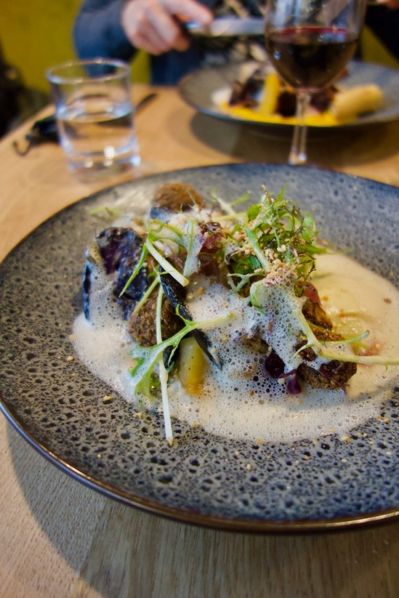 falafels, chou fleur, dukkah et pomme de terre vitelotte dans une assiette bleue