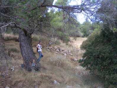 Η διευθύντρια της έρευνας Πόπη Παπαγγελή εντοπίζει έναν τοίχο στο βουνό