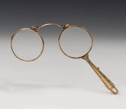 Lentes plegables, años 60. En metal placado en oro de ley. / Autor: Setdart.com