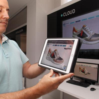 Una persona muestra las imágenes que se pueden visualizar con el proyecto SIVITREMAR, una web colaborativa para la visualización de modelos de calzado virtuales en tiempo real que utiliza tecnología que procede del mundo de los videojuegos. EFE/ Morell