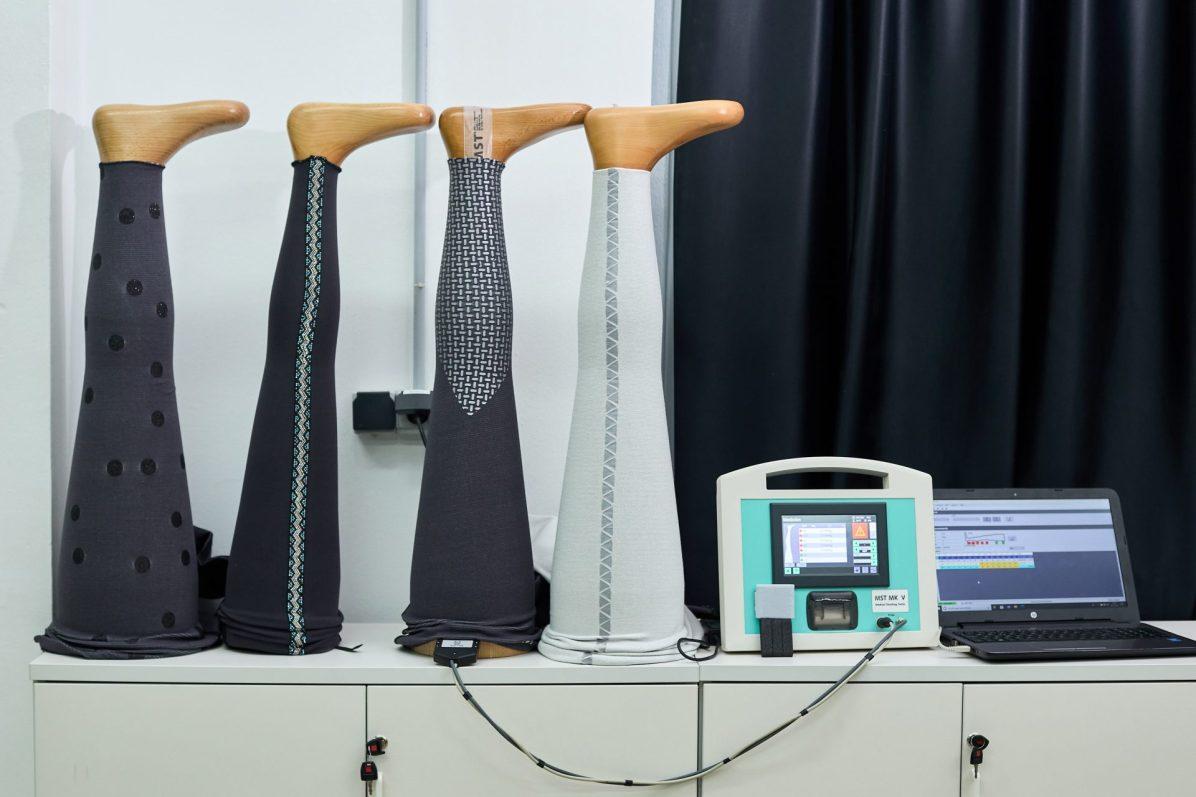 ALCOI (ALICANTE), 05/07/2021.- El Instituto Tecnológico del Textil ha desarrollado el proyecto TPTEX 2.0 mediante el que producen unas prendas compresivas para el tratamiento de enfermedades como el linfedema o el lipedema cuya principal novedad es que son de uso exterior, como leggings normales. En la imagen diversos moldes de pierna de madera de diferentes grosores en los que se realizan comprobaciones de presión. FOTO: EFE/ Natxo Francés