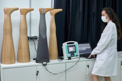 ALCOI (ALICANTE), 05/07/2021.- El Instituto Tecnológico del Textil ha desarrollado el proyecto TPTEX 2.0 mediante el que producen unas prendas compresivas para el tratamiento de enfermedades como el linfedema o el lipedema cuya principal novedad es que son de uso exterior, como leggings normales. En la imagen una técnico hace comprobaciones de presión en un molde de madera de una pierna. FOTO: EFE/ Natxo Francés