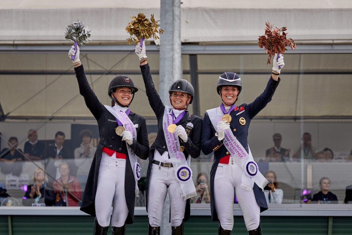 La amazona alemana Jessica Von Bredow-Werndl (centro) quedó por encima de la danesa Cathrine Dufour (izq) y la británica Charlotte Dujardin (dcha), en el Gran Premio Estilo Libre con música del Campeonato de Europa de Hagen (Alemania) 2021. EFE/Liz Gregg /Federación Ecuestre Internacional (FEI)/SOLO USO EDITORIAL/SOLO DISPONIBLE PARA ILUSTRAR LA NOTICIA QUE ACOMPAÑA (CRÉDITO OBLIGATORIO)