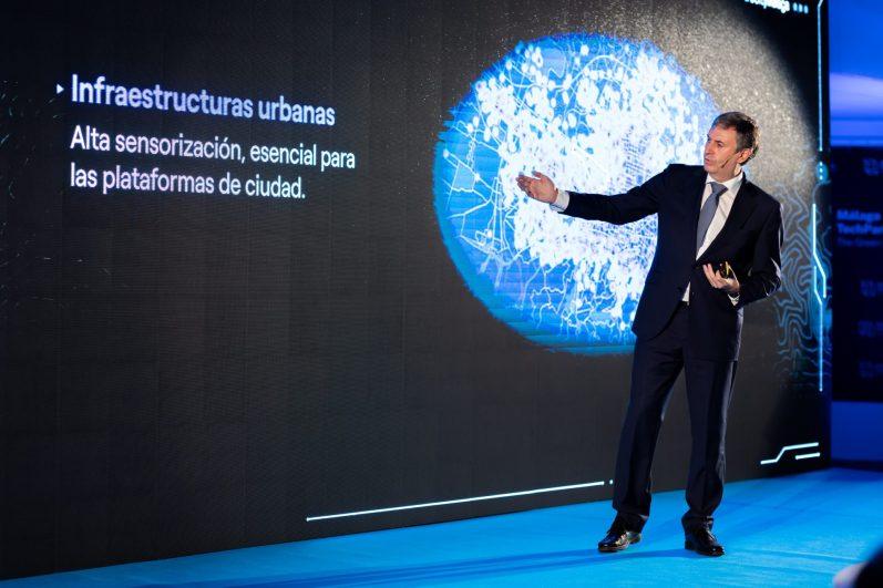 El director general de Endesa en Andalucía, Extremadura, Ceuta y Melilla, Rafael Sánchez Durán en la presentación del proyecto #eCityMálaga de Endesa. EFE/Carlos Díaz