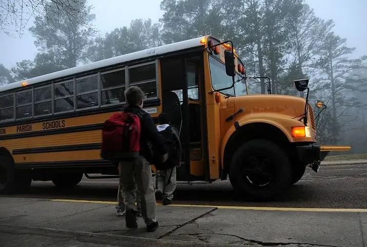 Niños subiendo a un bus escolar