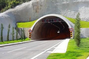 Controles de gálibo y señalización en la entrada de un túnel