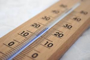 Termómetro marcando 20 grados de temperatura