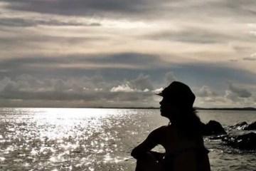Mujer mirando a la nada en el horizonte