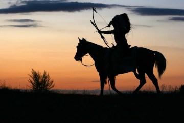 Indio con arco y flechas montado a caballo