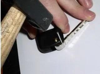 Extracción del seguro del espadín de la llave con un martillo y un clavo