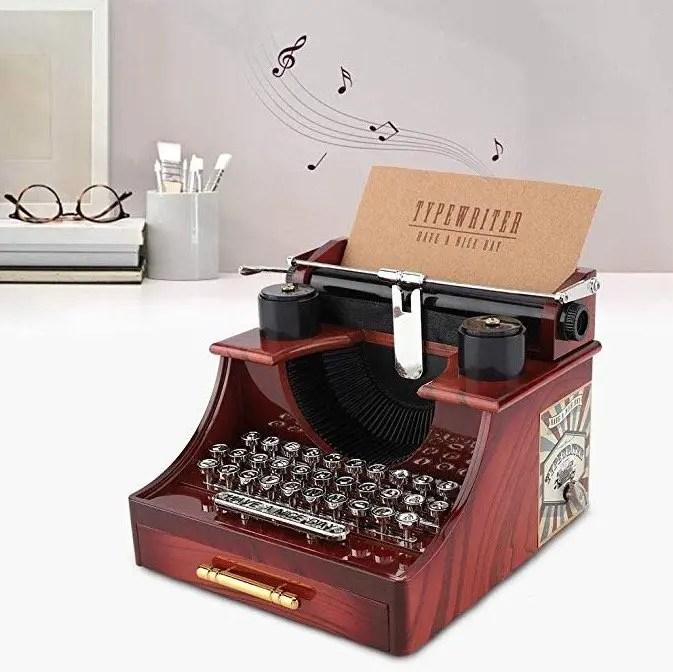 Máquina de escribir antigua transformada en caja de música para decoración