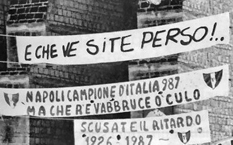 """Faixas no cemitério di Poggioreale: """"Olha o que vocês perderam!"""", """"Desculpem-nos a demora!"""""""
