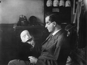 Horace Nicholls, The patient examining the mould of his own face. Imperial War Museum, Q.30.455. Photograph courtesy of the Imperial War Museum, London.