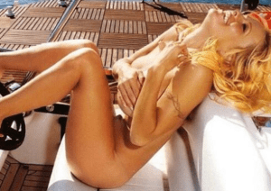 Pamela Anderson celebrates being cured of hepatitis by posing nude (Photo)