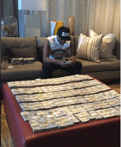 Floyd Mayweather shows off too much money (Photo + Video)
