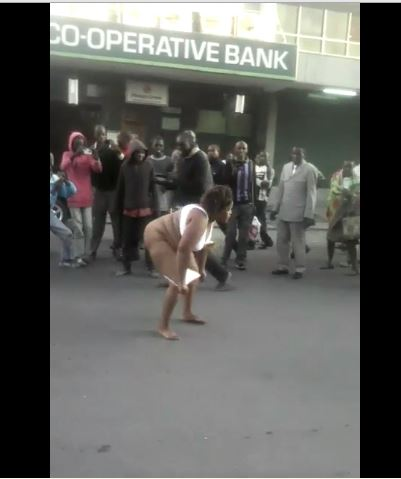Woman strips naked to fight a man2