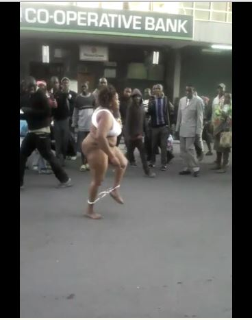 Woman strips naked to fight a man3