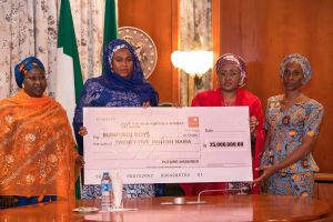 Aisha Buhari presents cheque to Chibok girls and Buni Yadi Boys Family