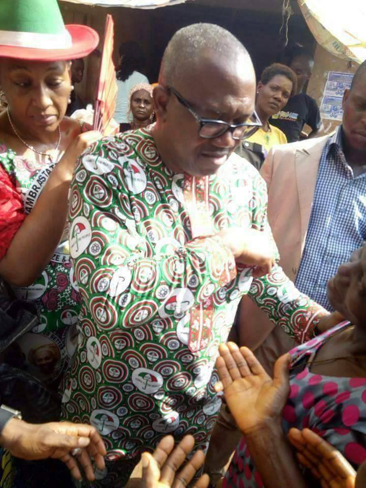 , Peter Obi Shares Money In A Market, Mobbed By Traders Ahead Of Anambra Election, Effiezy - Top Nigerian News & Entertainment Website