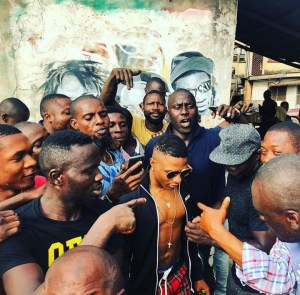 Wizkid visits his childhood area in Ojuelegba, Surulere (Photo & Video)