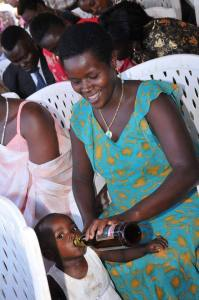 See this Woman giving her daughter beer to drink at an event (Photo)