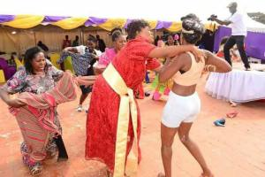 Woman goes mad during her traditional wedding (Photos)