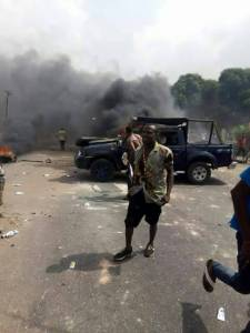 , BREAKING: Commotion in Benin as youths attack police vans after a police officer reportedly killed a bus driver over N100 bribe (Graphic Photos), Effiezy - Top Nigerian News & Entertainment Website