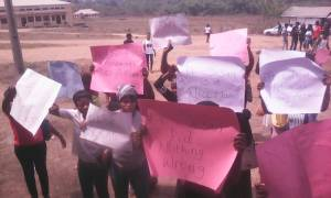 """""""Free Dr Sesan, He Didn't Flog Us We Were Only Catching Fun"""" – UNIOSUN Students Protest (Photos)"""