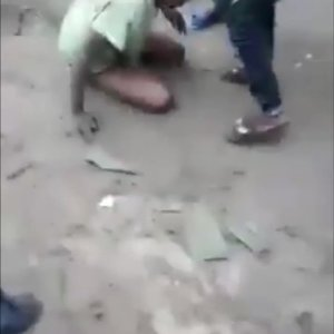 Watch how an alleged kidnapper was beaten mercilessly by a mob in Bayelsa (Video)