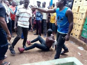 Kidnapper Caught With 2 Children In Imo, Beaten Mercilessly By Vigilante. (Photos)