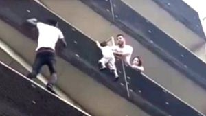 Mali 'spiderman' saves a child from falling from a balcony in Paris, France (Video)