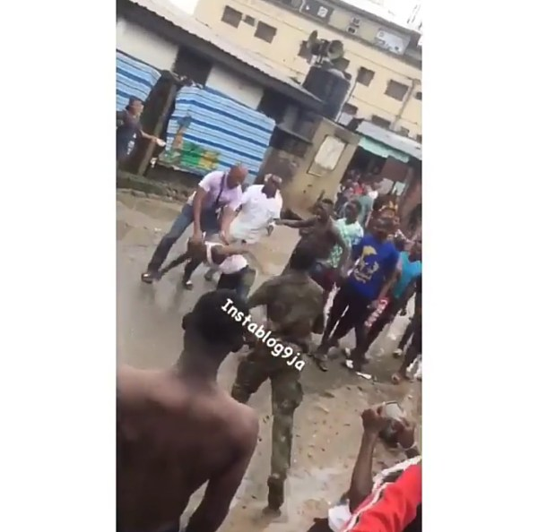 , Check Out This Civilian Fighting A Soldier In Mushin, Lagos (Photos & Video)), Effiezy - Top Nigerian News & Entertainment Website