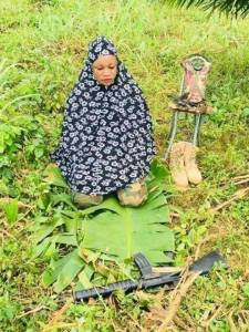 See This Nigerian Female Soldier Praying With Her Rifle At The Battlefield. (Photo)