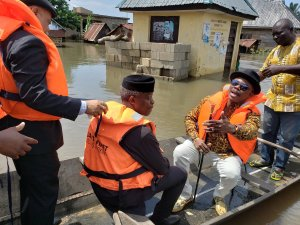 Yemi Osinbajo, Obiano Use Boats To Visit Flood Victims In Otuocha, Anambra (Video)