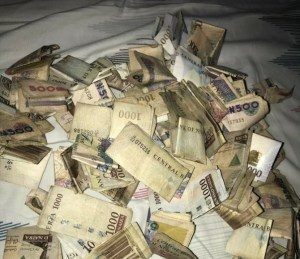 See The Amount Of Money This Lady Realized After She Broke Her Piggy Bank (Photo)