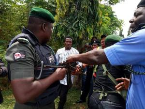 Policeman Dares Shiite Muslims With His Rifle During Protest In Abuja. (Photos)